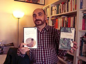 Enrique Redel, editor de Impedimenta, con su edición de De la elegancia mientras se duerme.