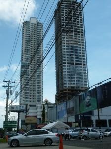 Rascacielos y tendido eléctrico.