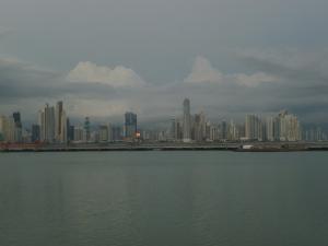 El mar, con la ciudad al fondo.