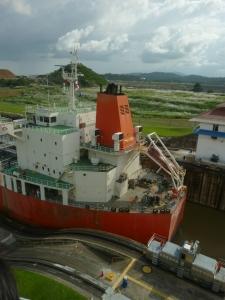 Barco pasando por la esclusa camino del mar
