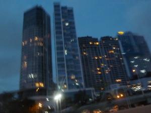 La ciudad, de noche.
